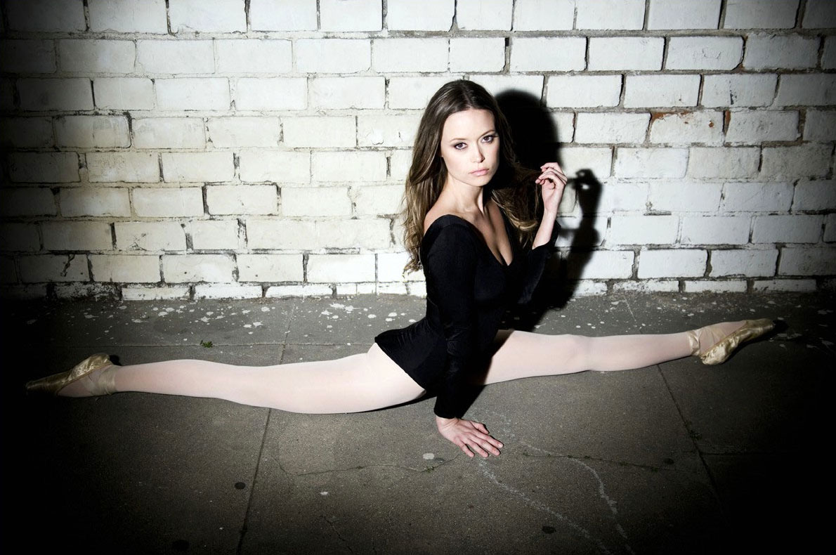 Summer Glau, ballet split.