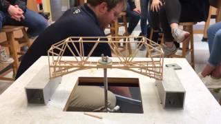 Estudiantes de física diseñar puentes y prueba de ellos